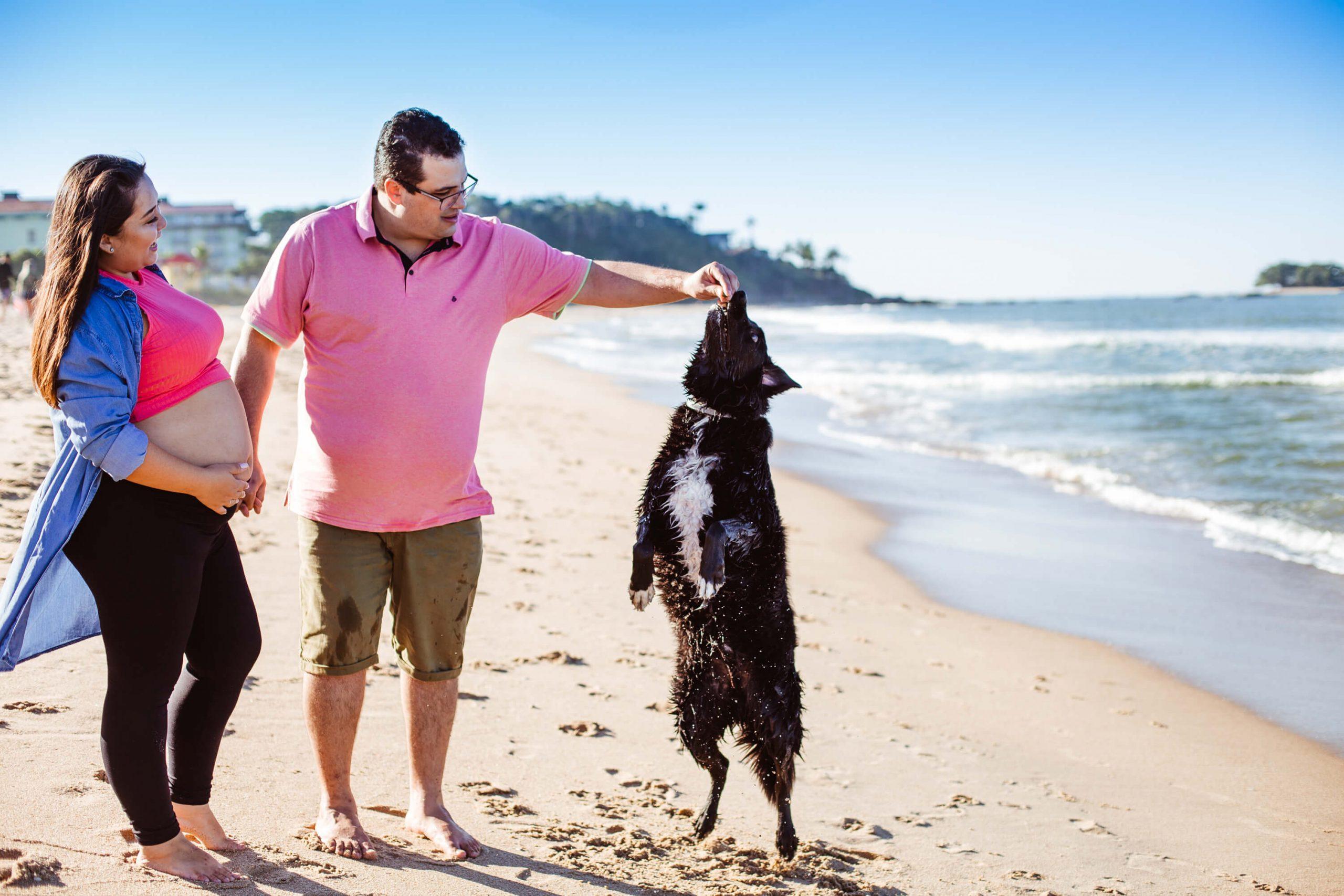 ensaio gestante na praia com cachorro