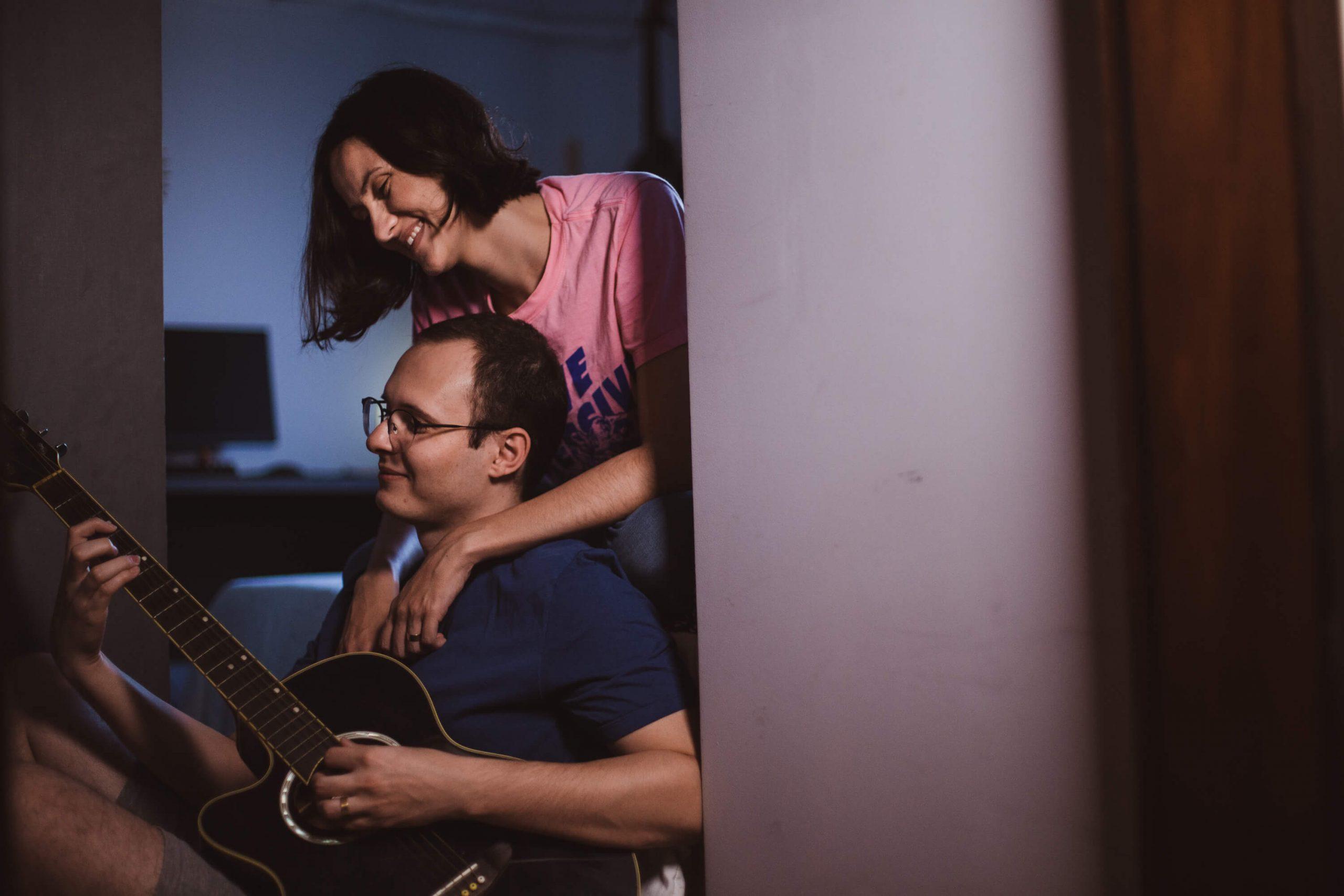 Ensaio de casal com violão