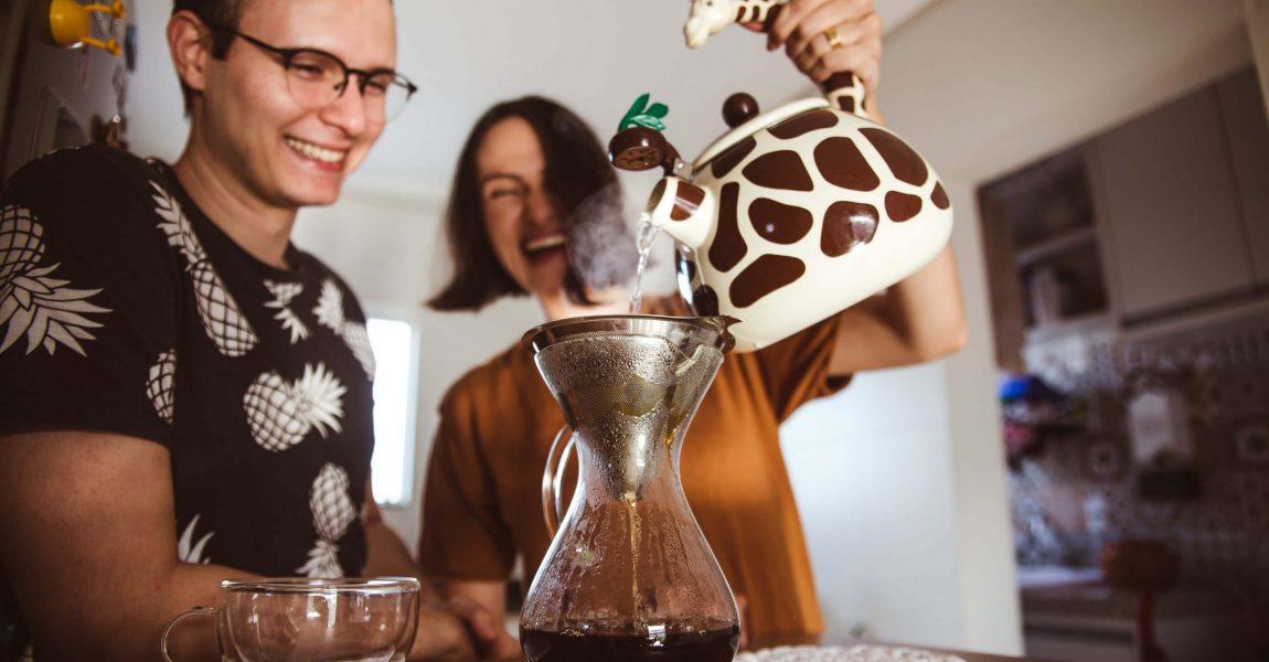 Ensaio Casal em Casa tomando café